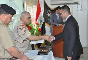 Il generale Hussein consegna i diplomi agli studenti che hanno completato con successo il corso di lingua inglese. (Foto a cura di NTM-I)