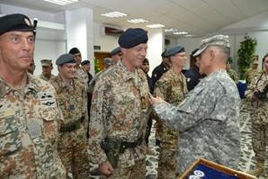 Il generale Caslen Jr consegna la medaglia della Nato ad un membro danese della NTM-I (Foto a cura della NTM-I)