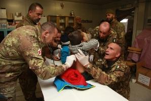 visita medica ai bambini afghani invitati dal contingente militare italiano