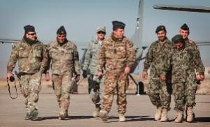 Il colonnello Casali con militari dell' Aeronautica afghana - foto Giuseppe Lami
