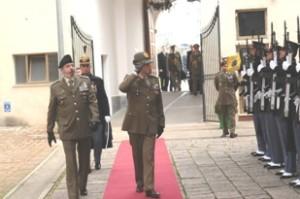 Il capo di SM dell'Esercito passa in rassegna il picchetto d'onore