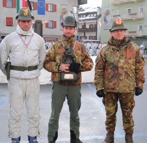 Il Generale Graziano premia i vincitori dei campionati sciistici