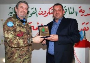Libano - Il colonnello d'Isa comandante di Italbatt con il sindaco di Al Naqoura