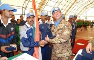 Presso la base di Naqoura Il tenente colonnello Micunco premia la squadra dell'India terza classificata