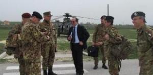 Il-Generale-Graziano-con-il-suo-staff-assieme-allambasciatore-dItalia-in-Kosovo-Michael-Giffoni