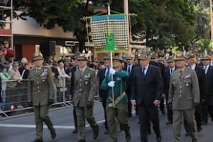 Bolzano:Il generale Graziano sfila assieme al labaro nazionale dell'ANA