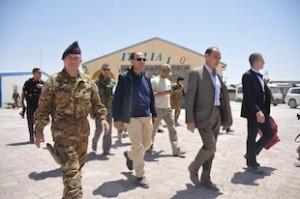 Il presidente del Senato, Renato Schifani, accompagnato dal comandante del Comando Operativo di vertice Interforze