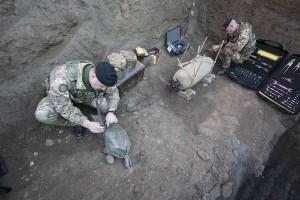 Artificieri dell'Esercito estraggono le spolette della bomba