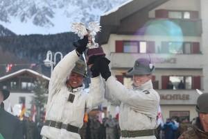 CaSTA 2013: Il comandante del battaglione Morbegno con il Trofeo Medaglie d'Oro Alpine
