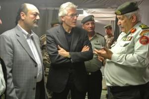 Zaatari - Al centro l'ambasciatore italiano Patrizio Fondi, a sinistra il responsabile della cooperazione Yaaqba