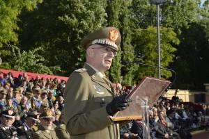 Il generale Graziano si rivolge agli allievi ufficiali al mak p 100