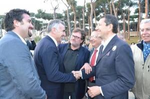 L'onorevole Michele Meta, Nicola Galloro e Ignazio Marino con alcuni sostenitori