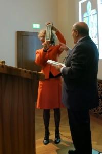Tindaro Gatani mentre consegna il quadro dipinto dal pittore Michele Spadaro per la copertina di Zurigo vista dagli Italiani