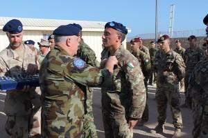 EUTM Somalia - Mogadiscio-Il Comandante-Gen. AHERNE consegna la medaglia ad un Sottufficiale  Italiano