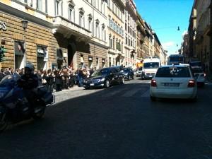 Roma Il feretro del capo della Polizia di Stato Manganelli attraversa via Nazionale tra gli applausi di colleghi e conoscenti Foto di Clara Salpietro