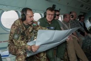 Il Comandante di KFOR, Generale di Divisione Salvatore Farinasorvola i cieli del Kosovo accompagnato dal Generale Frank GORENC, NATO HQ Allied Air Commander.