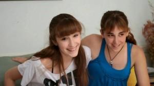 A destra Caro, una delle protagoniste del docufilm, insieme alla sorella Sofia