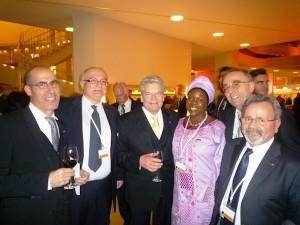 A destra Scigliano insieme al Presidente Gauck e ad alcuni rappresentanti di altre collettività