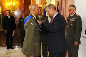 Il generale Allen consegna la Legion of Merit al generale Portolano