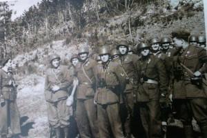 Il secondo da destra è il marò de Cadilhac, all'epoca sottotenente. Foto scattata durante una fase di addestramento nella zona del monte Melogno del plotone mortai da 81 della 15^ Compagnia III/6°