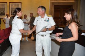 Consegna attestato - da sin. il sottotenente di vascello Palma Agosta, l'ammiraglio Marzano e Donata Cutuli