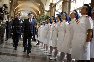 L'arrivo del sottosegretario alla Difesa Domenico Rossi accompagnato dal capo di stato maggiore della Difesa ammiraglio Luigi Binelli Mantelli