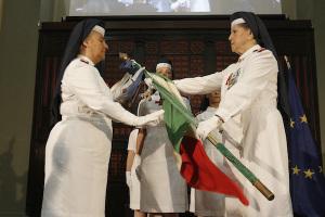 Sorella Monica Dialuce riceve la bandiera della Croce Rossa Italiana da Sorella Mila Brachetti Peretti