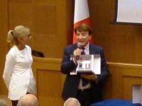 L'on. Nissoli (PI) consegna il premio America al conduttore Paolo Limiti