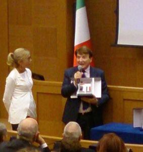L'onorevole Fucsia Nissoli e Paolo Limiti durante la consegna del Premio America