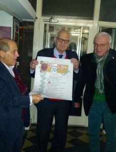 Carlo Hoepli mentre riceve la copia facsimile del Diploma di Keller