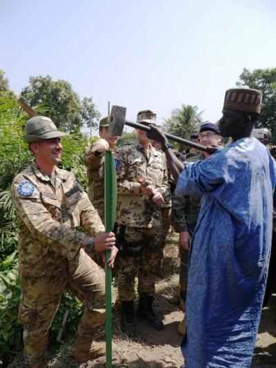 genieri alpini: posa passerella metallica a Bangui