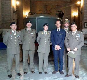 A destra il brigadier generale Restaino insieme al personale in servizio al Sacrario delle Bandiere