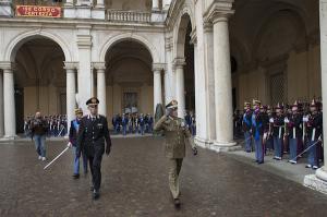 Il capo di stato maggiore dell'Esercito, generale Errico, passa in rassegna gli allievi ufficiali.