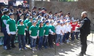 Alunni delle scuole medie cantano l'Inno d'Italia