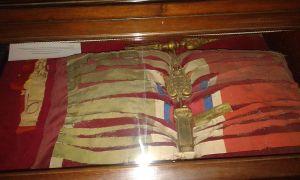 Bandiera lacerata dai militari catturati e ricomposta a guerra finita