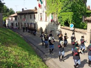Il corteo attraversa il paese di Montebello