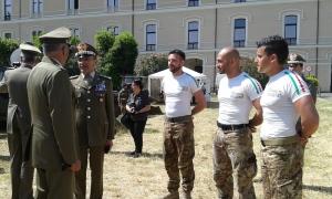Il generale Enrico insieme agli istruttori del 186° Reggimento Paracadutisti Folgore di Siena