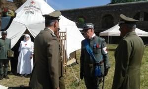 Il generale Errico visita il posto di medicazione organizzato dal Corpo Militare della Croce Rossa Italiana e dal Corpo delle Infermiere Volontarie della Croce Rossa