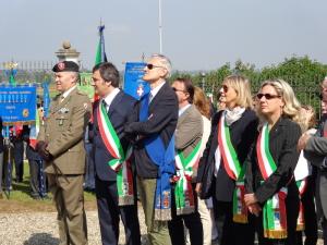 Le autorità - In prima fila il col. Lorenzi, comandante Lancieri di Montebello; il sindaco di Montebello Mariani ed il presidente della Provincia di Pavia Bosone