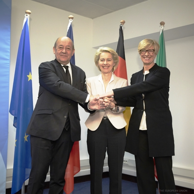 From left to right: Mr Jean-Yves LE DRIAN, French Minister of Defence; Ms. Ursula VON DER LEYEN, German Federal Minister of Defence; Ms. Roberta PINOTTI, Italian Minister of Defence.