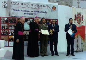 Apertura - Il colonnello Giovanni Greco, Direttore del Sacrario delle Bandiere delle Forze Armate, rivece il premio Bonifacio VIII