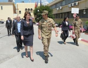 Il Presidente della Repubblica del Kosovo Atifete Jahjaga e il Comandante di KFOR generale Figliuolo