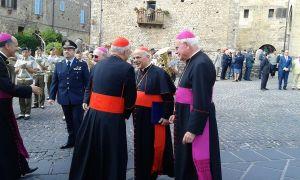 Il cardinale José Saraiva Martins saluta il cardinale Lorenzo Baldisseri
