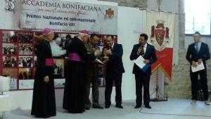 Il colonnello Giovanni Greco, Direttore del Sacrario delle Bandiere delle Forze Armate, rivece il premio Bonifacio VIII