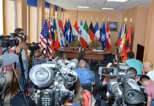 Il comandante di KFOR , generale di divisione Francesco Paolo Figliuolo, durante la conferenza stampa