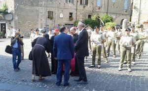 Suor Mary Melone saluta il cardinale Lorenzo Baldisseri