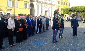 Una corona è stata deposta ai piedi del monumento ai caduti prima dell'inizio della cerimonia