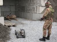Artificieri dell'Esercito al lavoro per il disinnesco di ordigni a Genova, in provincia di Roma e Avellino