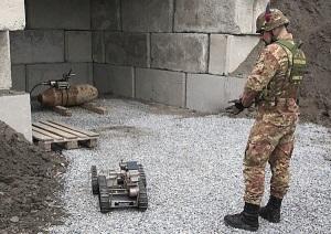 Artificiere ispeziona bomba con robot