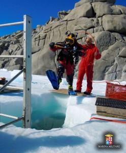 Un palombaro di Comsubin pronto per l'mmersione nelle acque dell'Antartide